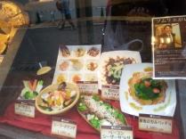 Présentoir des plats à l'entrée des restaurants